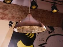 <b>Designerska lampa wisząca z mozaiką z tłuczonego szkła</b><br>Zgrabną, okrągłą formę modnej lampy wiszącej dopełnia wyjątkowy...