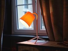 <b>Designerska lampka</b><br>Designerska lampka znakomicie sprawdza się jako praktyczna lampka na biurko, oświetlenie w kąciku do czytania...
