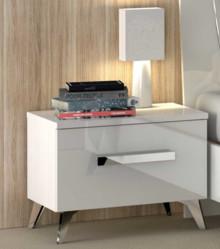 Szafka nocna AURA WHITE wykonana z płyty laminowanej i lakierowana na wysoki połysk w kolorze białym. Stopki są wysokie stożkowe a uchwyt podłużny,...