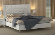 Łóżko AURA WHITE o powierzchni spania 160/200cm wykonane z płyty laminowanej i lakierowanej na wysoki połysk w białym kolorze. Nóżki...
