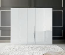 Szafa 5- drzwiowa AURA WHITE wykonan z płyty laminowanej. Wszystkie boki i fronty są lakierowane na wysoki połysk w białym kolorze. Uchwyty są podłużne...