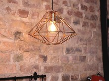 Nowoczesna lampa w kształcie diamentu Oferowana lampa sufitowa to bardzo oryginalne i efektowne źródło światła. Wykonany z miedzianego metalu klosz...