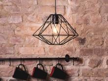 Nowoczesna lampa w kształcie diamentu Oferowana lampa sufitowa to bardzo oryginalne i efektowne źródło światła. Wykonany z czarnego metalu klosz...