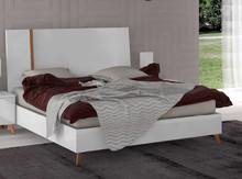 Łóżko VEGA WHITE o powierzchni spania 180/200cm wykonane z płyty laminowanej i lakierowane na wysoki połysk w białym kolorze. Rama łózka...