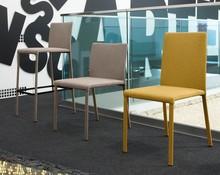 Krzesło Chloe-A wyprodukowane przez Domitalia. <br />Krzesło posiada stalową ramę, jednak nie widać jej gołym okiem, ponieważ jest w...
