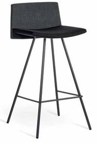 Hoker FLAG o wysokości H65 cm, z podstawą metalową chromowaną lub lakierowną na kolor grafit. Siedzisko i oparcie tapicerowane w tkaninę JD, dostepną w...