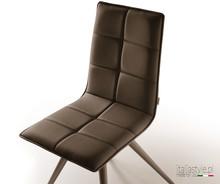 Krzesło GLIRIS ze stelażem metalowym chromowanym lub grafitowym. Siedzisko i oparcie zostało zatapicerowane eko skórą lub tkaniną.<br...