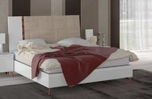 Łóżko SIRIO WHITE z tapicerowanym wezgłowiem o powerzchni spania 160/200cm. Wykonane jest z płyty laminowanej i lakierowanej na wysoki połysk w...