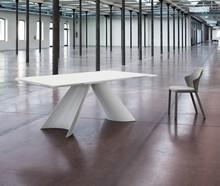 Stół TUILE wyprodukowany przez Domitalia.<br />Stół jest prostokątny, rozkładany.<br />Rama wykonana z białej, lakierowanej...