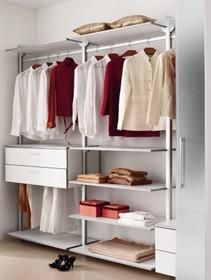 System ścienny OK od Domitalia to otwarte szafy, szafki, półki i regały. System ścienny, aluminium anodowane (AN) lub anodowane lakierowane na czarno...