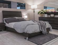 Łóżko STAR WENGE o powierzchni spania 180/200cm z płyty laminowanej w kolorze wenge. Wezłowie sklada się z kilku palneli przedzielonych aluminiową...