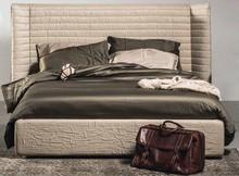 Ekskluzywne łóżko PIGUE od Notte Brava jest kwintesencją włoskiego rzemiosła i stylu.<br />Łóżko z tapicerowanym obwodem oraz...