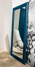 Włoskie lustro z drewnianą, tapicerowaną ramą JAVA pochodzące z najnowszej kolekcji Notte Brava.<br />Lustro prostokątne, rama tapicerowana...