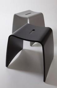 Taboret SUSHI o eleganckim designie i nowoczesnym kształcie, wykonany z giętych paneli wielowarstwowych. Łatwy do przenoszenia dzięki uchwytom. Ze...