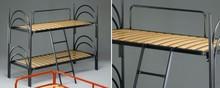 Łóżko piętrowe z drewnianymi listwami, stworzone z metalowych rur ukształtowanych w ozdobne łuki.<br />Łóżko posiada zabezpieczone...