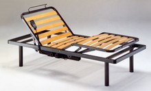 Łóżko elektryczne z metalową ramą oraz drewnianymi listwami.<br />Listwy wykonane są ze sklejki brzozy giętej na ciepło.<br />Nogi...