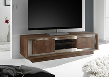 Szafka pod telewizor SKY ROVERE COGNAC wykonana z płyty MDF matowej i wybarwiana na kolor koniakowego dębu, ponadto szafka ozdobiona jest metalową listwą w...