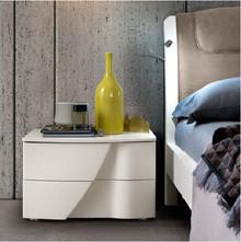 Szafka nocna 2-szufladowa LUNA wykonana z płyty laminowanej w kolorze białego jesionu. Szuflady posiadają gięte fronty, ktore równocześnie służą...