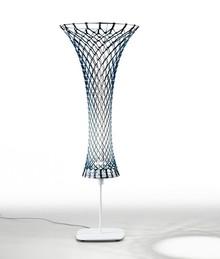 Lampa podłogowa GUAPA dająca światło pośrednie. Podstawa wykonana z lakierowanej stali w kolorze czarnym bądź białym. Klosz tapicerowany skórą...