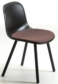 Krzesło MANI CUSHION 4WL posiada stelaż wykonany z drewna jesionu, który występuje w wersji naturalnej lub barwionej. Siedzisko z oparciem wykonane...