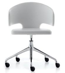 Fotel obrotowy PRETTY to klasyczny mebel przedstawiony w nowoczesnym wydaniu.<br />Stelaż krzesła zakończony pięcioramiennym krzyżakiem z...