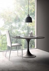 FLOW to okrągły stół na stabilnej nóżce pochodzący z najnowszego katalogu firmy MADRASSI.<br />Średnica blatu stołu wynosi 120...