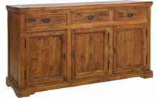 Drewniana, klasyczna komod.<br />Komoda posiada trzy szafki zamykane drzwiami oraz trzy szuflady.<br /><br />Meble z tej kolekcji...