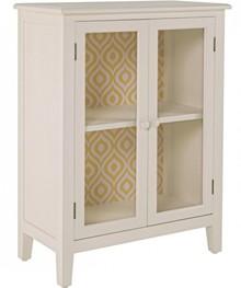 Stylizowana szafka dwudrzwiowa vintage w kolorze kości słoniowej. Wewnątrz szafki są dwie półki zamykane przeszklonymi drzwiczkami.<br...
