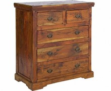 Drewniana, klasyczna komoda wykonana w stylu modern country pochodzi z najnowszego katalogu Bizzotto.<br />Komoda posiada pięć szuflad.<br...
