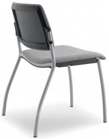 MULTY ML021NN to krzesło konferencyjne z czarną ramą, nie posiadające podłokietników. Czteronożne krzesło z tylną osłoną oparcia wykonaną z...