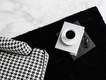 Ten długowłosy, szczególnie miękki i puchaty dywan zachwyca swoją klasyczną elegancją i zapewnia przytulną, ciepłą atmosferę w każdym...