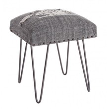 Solidny taboret z strukturą z drewna sheesham (w Polsce nazywane także Dalbergia sissoo) oraz metalowymi nogami. Siedzisko wyściełane jest pianką...