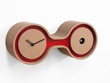 Włoski zegar kukułką zaprojektowany przez Studio Kuadra. Zegar jest wykonany z tektury falistej. Dostępne kolory to: czerwony, fioletowy i czarny. Zegar...