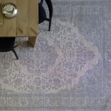 """Włoski dywan 'Aladino"""" z kolekcji znanej i cenionej firmy miniforms. Niepowtarzalny design w stylu vintige z monochromatycznym efektem czyni..."""