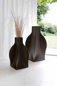 Włoski wazon SOFIA XXL został całościowo uformowany i wykonany ze skóry regenerowanej o najwyższej jakości. Dzięki temu wygląda rewelacyjnie....