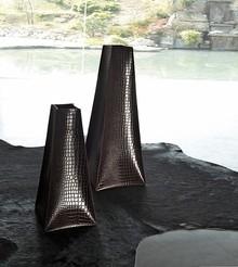 Włoski wazon ALEXA XXL należy do kolekcji mebli w całości obszywanych skórą. Można w niej znelźć wiele produktów o ciekawym designie i...
