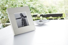 Ramka kwadratowa na zdjęcia w całości została uformowana i wykonana ze skóry naturalnej lub regenerowanej o najwyższej jakości. Ponadto była też...