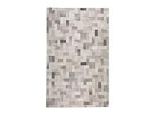 Prostokątny, ręcznie robiony dywan składa się z podłużnych kawałków skóry w różnych odcieniach szarości tworząc abstrakcyjny...